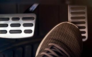 الصورة: 4 أسباب رئيسة وراء ضعف استجابة دواسة الوقود أثناء القيادة