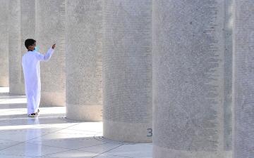 الصورة: طفل إكسبو ونُصب العمال
