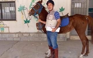 بسبب ارتفاع أسعار الوقود.. معلم لبناني يركب حصاناً للوصول إلى مدرسته
