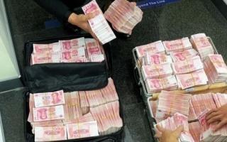 انتقاما منهم.. مليونير صيني يجبر موظفي بنك على عد 5 ملايين يوان ورقة ورقة