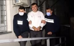 الصورة: رئيس سابق يختبئ داخل شاحنة منتجات حليب ليعود إلى وطنه.. فيديو