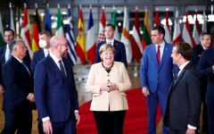 الصورة: قادة أوروبا يصفقون وقوفا في وداع ميركل