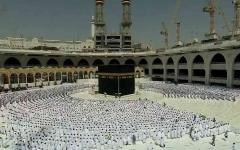 الصورة: أول صلاة جمعة بالمسجد الحرام دون تطبيق التباعد الاجتماعي