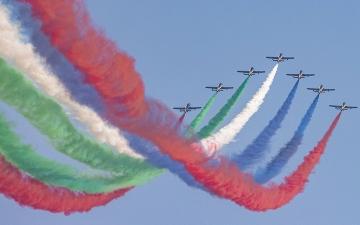 الصورة: «فرسان الإمارات» و«صقور السعودية» يتألقان بعروض جوية فوق موقع «إكسبو»