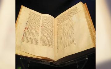 الصورة: إكسبو.. «الفاتيكان» يعرض مخطوطة نادرة من «بيت الحكمة»