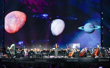 الصورة: أنغام «إكسبو» تحلّق بين الكواكب بأنامل ناعمة