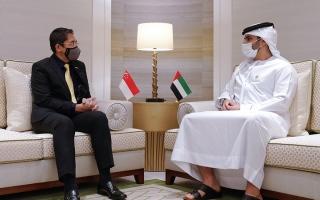 الصورة: منصور بن محمد ووزير سنغافوري يستعرضان تجربة الإمارات الناجحة في مكافحة «كوفيد-19»