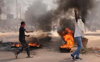 """الصورة: السودان: """"اعتقال مجلس الوزراء""""واغلاق المطار والتلفزيون يبث أغاني وطنية"""
