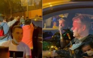 الصورة: لحظة اعتداء جمهور برشلونة على كومان بعد الهزيمة من مدريد.. والإدارة ترد بقوة (فيديو)