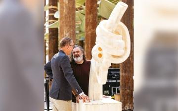 الصورة: تمثال «المسدس المعقود» يلهم زوّار «إكسبو» برسائل السلام