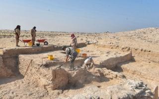 اكتشاف عدد من التماثيل الأثرية على هيئة شخصيات بشرية وحيوانات في أم القيوين