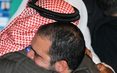 رئيس الاتحاد الإماراتي لكرة القدم محمد خلفان الرميثي يهنئ الأمير علي بمناسبة فوزه. أ ف ب