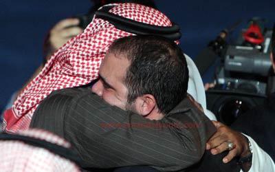 رئيس الاتحاد الإماراتي لكرة القدم محمد خلفان الرميثي يهنئ الأمير علي بمناسبة فوزه. تصوير: أسامة أبوغانم
