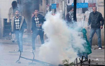 السلطات التونسية اخفقت في السيطرة على الاضطرابات برغم اعلانها حالة الطوارئ. أ ب