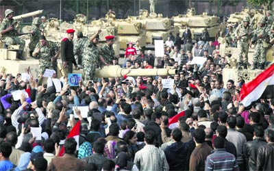 الآلاف يتوافدون على ميدان التحرير بالقاهرة وسط قوات الجيش. رويترز