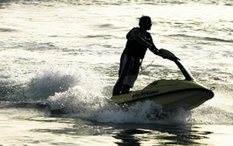 الصورة: وفاة مواطن وإصابة آخر في حادث اصطدام بين دراجة مائية وقارب رياضي على شاطئ خورفكان