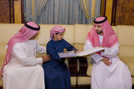 محمد بن سعود اطلع خلال اللقاء على التجارب العلمية والاختراعات الصغيرة التي نفذهاأديب-وام