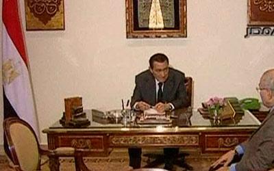 مبارك خلال اجتماعه برئيس الوزراء أحمد شفيق نهاية الشهر الماضي. رويترز