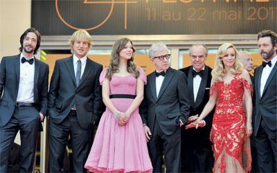 المخرج وودي آلن يتوسط فريق عمل فيلم الافتتاح «منتصف الليل في باريس».غيتي
