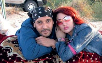 ..مع زوجته اللبنانية إيلين. من المصدر