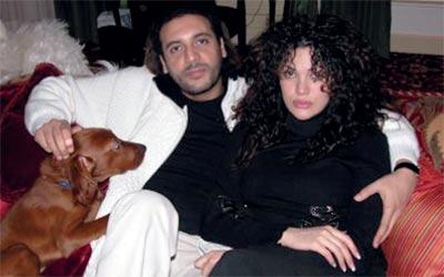 الزوجان في بيتهما .  من المصدر