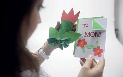 أعز هدايا الأم هات مشغولة بعفــوية الأبناء حياتنا ملامح