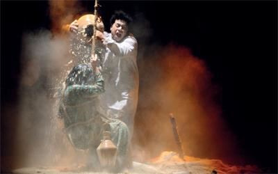 مسرحية «أمس البارحة» تبدأ من نهاية القصة.                                                                                                                                                                                                                                   تصوير: أشوك فيرما