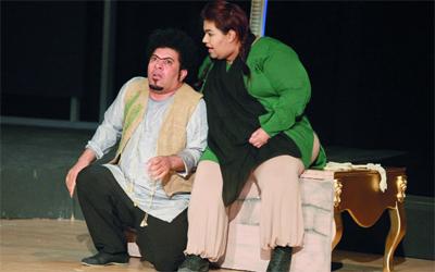 فاطمة جاسم وجمعة بن علي خلال مسرحية «بهلول». تصوير: تشاندرا بالان