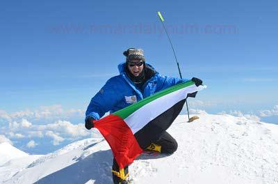 """""""آته"""" يحمل علم الإمارات على قمة """"دينالي"""". من المصدر"""