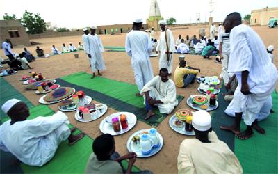 رمضان يُبرز ملامح الألفة والمـــــــــــــــــــــــــــــــــحبة والتعاون بين الناس. رويترز
