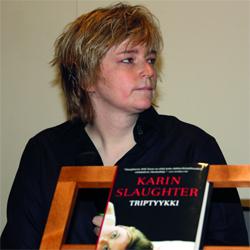 كارين سلوتر حقّقت أعمالها «السوداء» مبيعات لافتة.             أرشيفية
