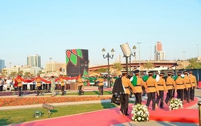 الفرقة العسكرية تحمل علم الدولة باتجاه السارية خلال حفل التدشين