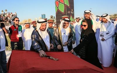 حاكم الشارقة والشيخة بدور القاسمي ومروان السركال خلال ازاحة الستار عن النصب التذكاري لجزيرة العلم