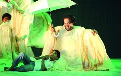 الإضاءة والإخراج والموسيقى.. من أبطال المسرحية البارزين.
