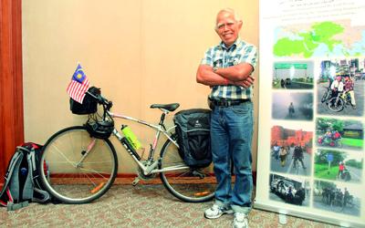 محمد عدنان من ماليزيا إلى لندن على دراجة هوائية.  تصوير: باتريك كاستيلو