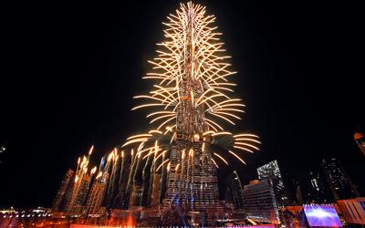الألعاب النارية أضاءت سماء دبي منطلقة من قمة برج خليفة. تصوير: باتريك كاستيلو وأحمد عرديتي