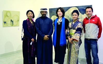 الفنانون اليابانيون وأحمد اليافعي في المعرض. الإمارات اليوم
