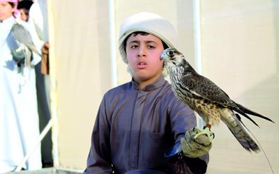 حمد القمزي بطل من ذهب وأول ناشئ يحمل كأس فزاع لناشئي الصيد بالصقور. تصوير: عبدالله الحبسي