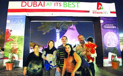 عائلة رزق حرصت على متابعة الافتتاح في شارع السيف. من المصدر