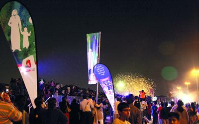 الألعاب النارية  تضيء سماء شارع السيف. من المصدر