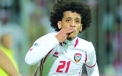 عمر عبدالرحمن أبرز لاعبي الوسط في المنتخب الوطني. تصوير: أسامة أبوغانم