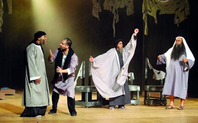 مسرحية «تريلا» اتسمت بجرأة الطرح وجودة في اللعبة الفنية. تصوير: تشاندرا بالان