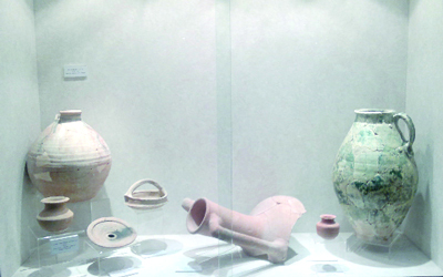 لقى أثرية تعرض في متحف الشارقة للآثار.