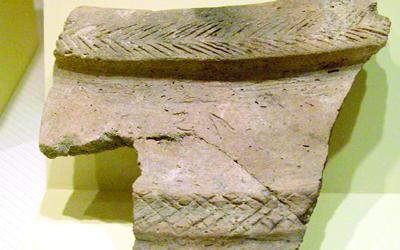 قطعة فخارية تحمل حروفاً عربية جنوبية تعود إلى 750 قبل الميلاد.