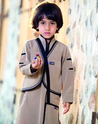 المرشدي يواكب المناسبات الوطنية والدينية من خلال تصميم أزياء رجالية.  من المصدر