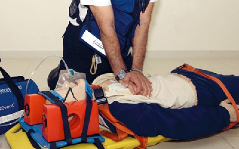 إسعاف دبي تنقذ مسافرا توقف قلبه وأصيب بإغماءة عميقة