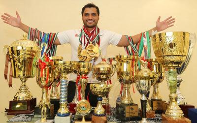 السباح عبيد الجسمي يحتفل بإنجازاته الغزيرة التي وصلت إلى 229 ميدالية ملوّنة. تصوير: إريك أرازاس