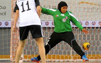 خديجة محمد تحرس مرمى فريق الشباب ومنتخب اليد بعد تركها «رفع الأثقال». أرشيفية