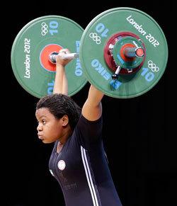 خديجة محمد مثلت منتخب رفع الأثقال في «أولمبياد لندن». أرشيفية