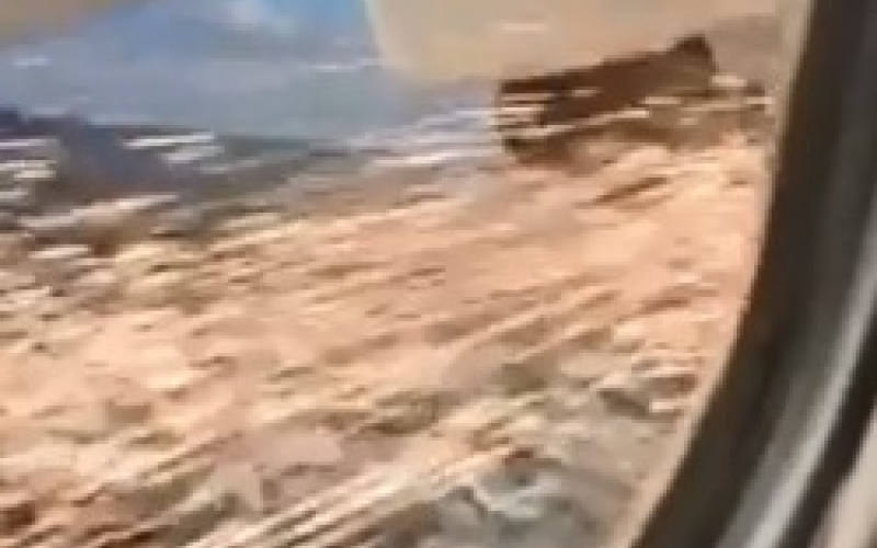 بالفيديو.. اندلاع حريق في طائرة ركاب قبل اقلاعها
